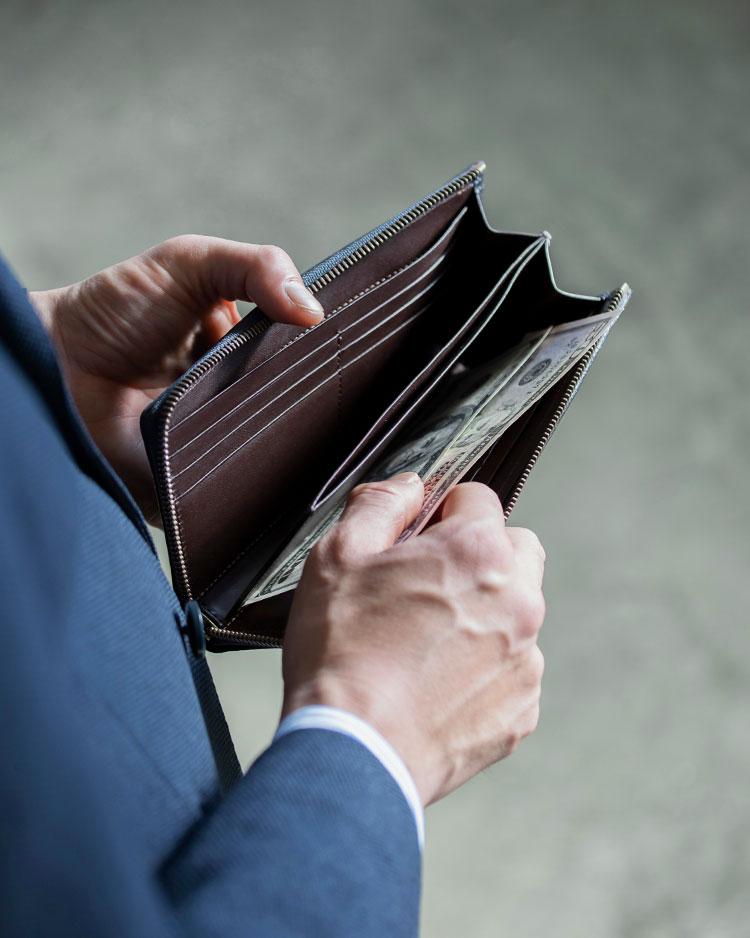ミニ財布やコインケースでは真似できない、圧倒的な収納力の差。持ち運ぶ手間こそあるものの、その持ち運ぶことが気にならなければ、これほど頼れる相棒もそうそういません。