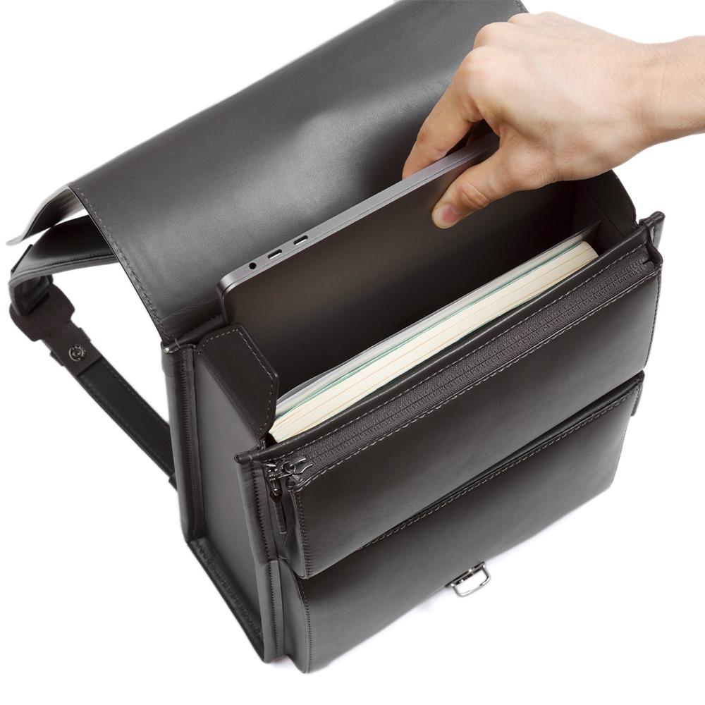 土屋鞄製作所 13インチのノートパソコンも収納できる機能性を説明する画像